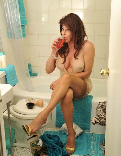 TSDee.com Bathroom Striptease RCP 7135