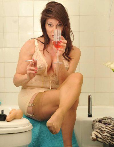 TSDee.com Bathroom Striptease RCP 7250