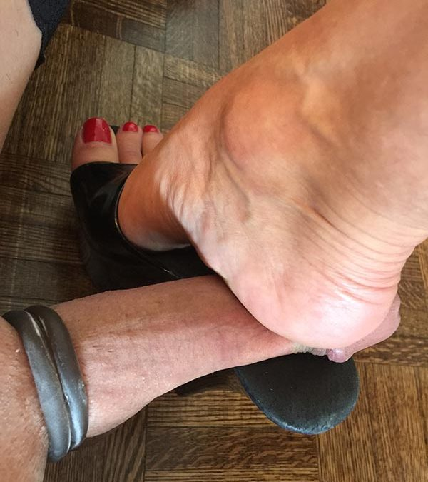 Foot Fetish: Looking for women with feet!